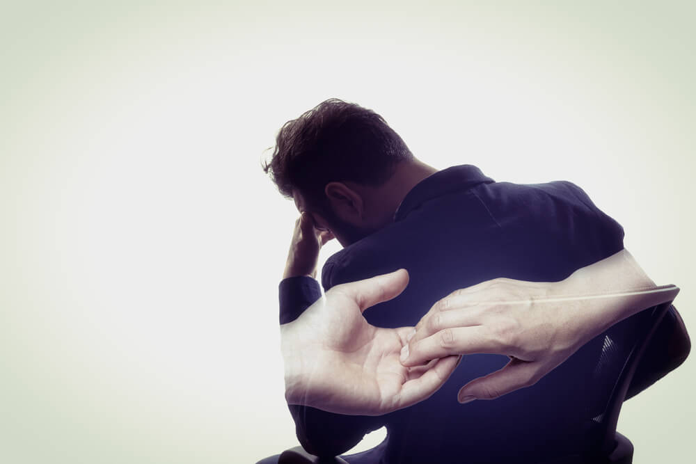 Hombre pensando en una relación que se rompió