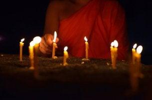 Monje budista que conoce los sutras