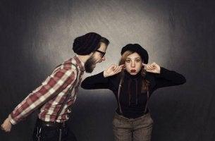 Mujer a la que no le importa lo que piensen los demás tapándose los oidos