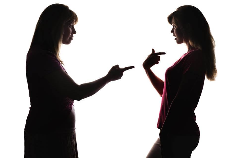 Mujer criticando a otra