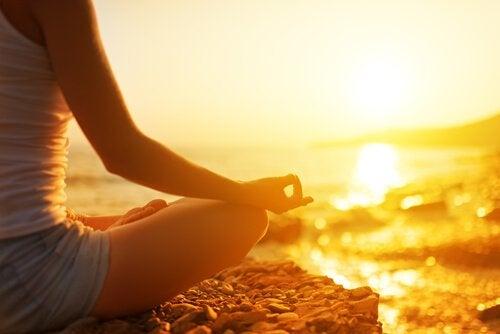 Mujer en posición de loto meditando