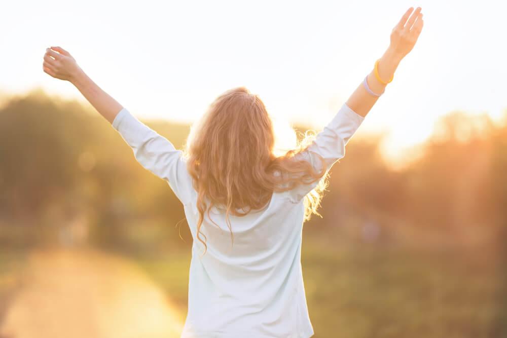 Mujer feliz representando vivir según tus reglas