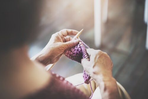 Mujer tejiendo una chaqueta