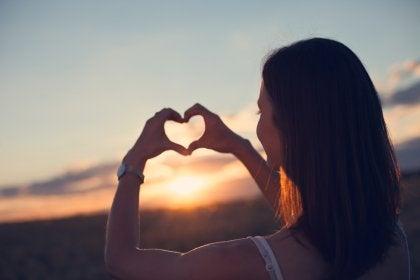 Mujer haciendo un corazón con sus manos