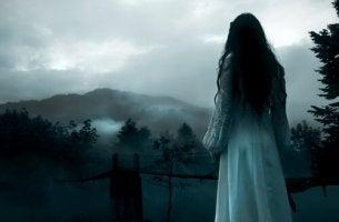 Mujer pensando en sus demonios