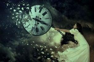 Mujer rompiendo unreloj para parar el tiempo