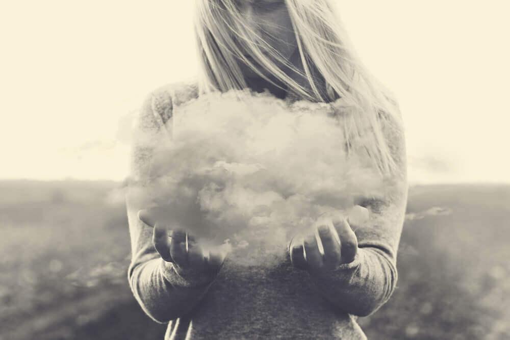 Mujer sujetando una nube que practica el arte de estar bien con uno mismo