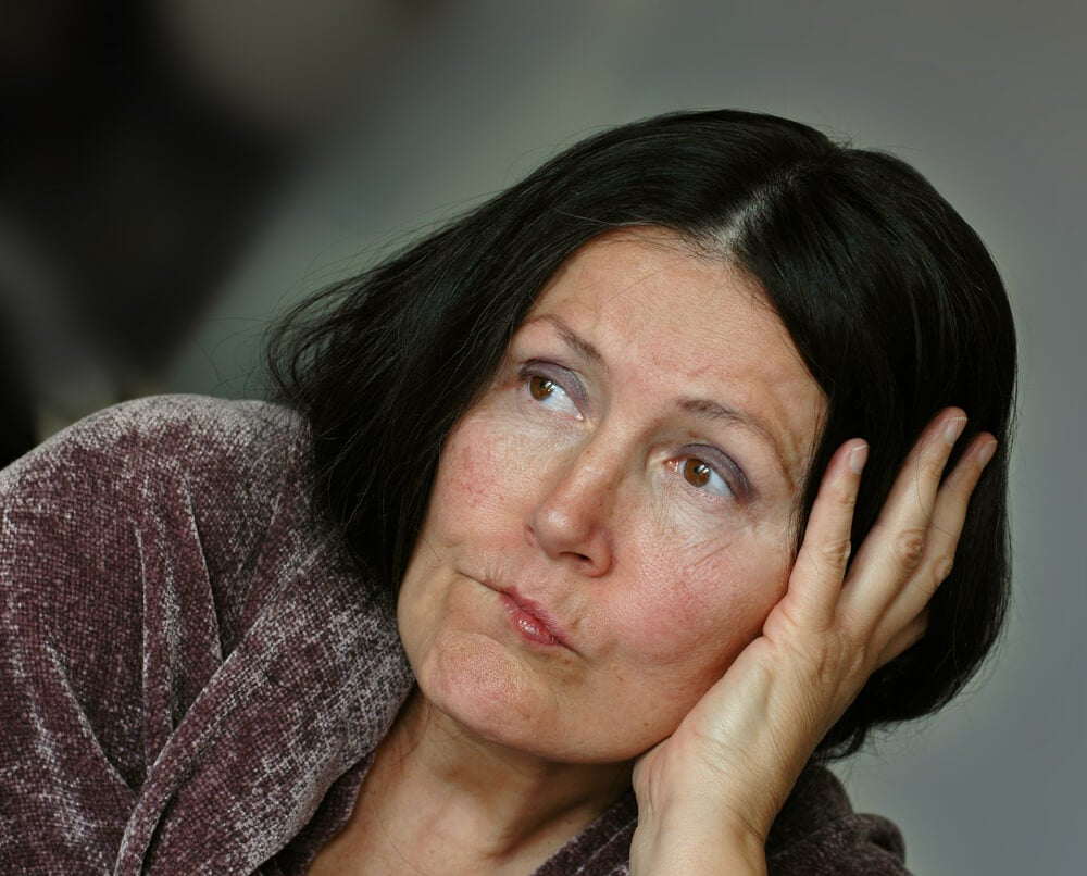 Mujer triste tras la crisis de los 40