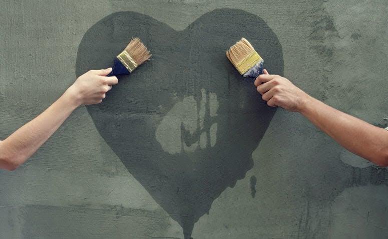 Pintando un corazón en la pared