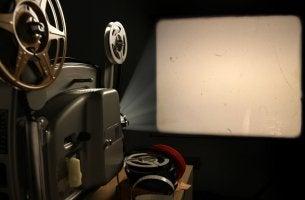 Proyector y butacas de cine