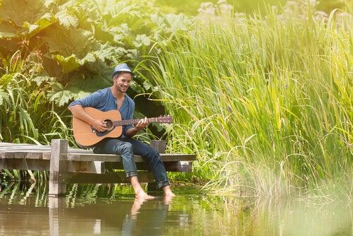 Hombre feliz con una guitarra