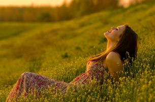 Mujer-tumbada-en-el-campo