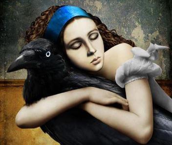 Mujer abrazada a un pájaro