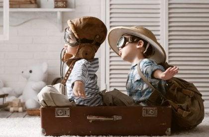 Niños jugando dentro de una maleta