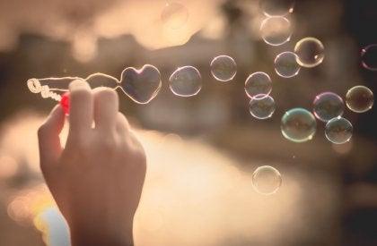Estrés paliado con juego de burbujas de agua y jabón