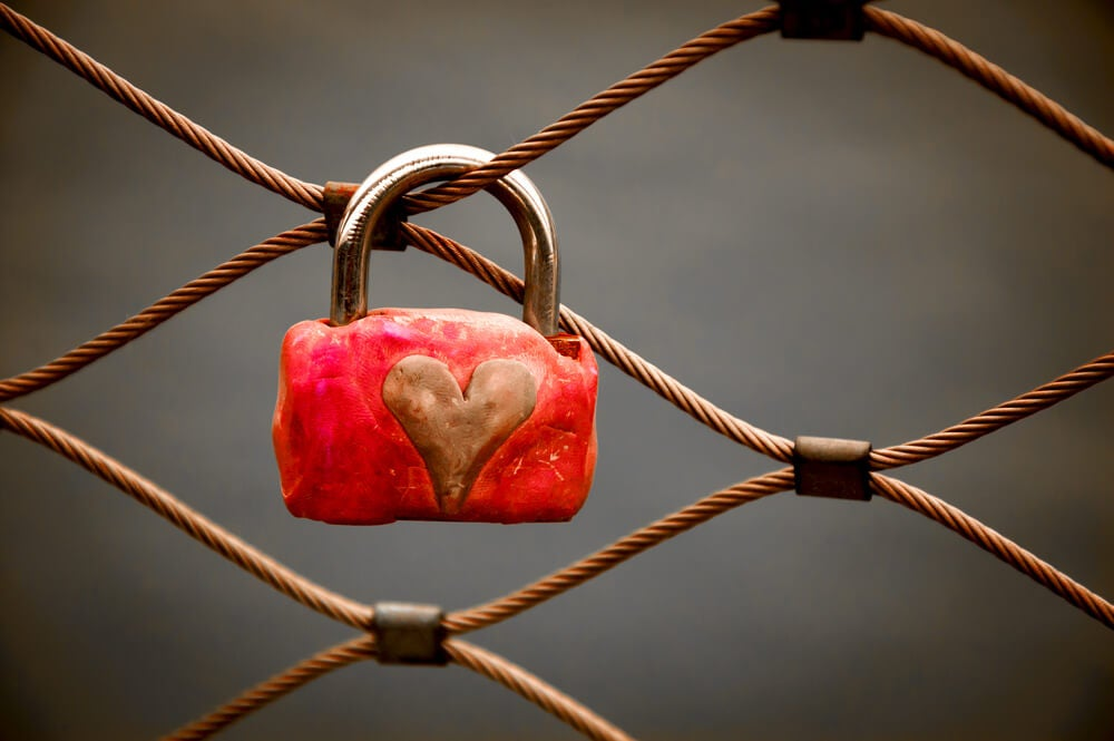 Candado con corazón simbolizando las personas adictas a las relaciones