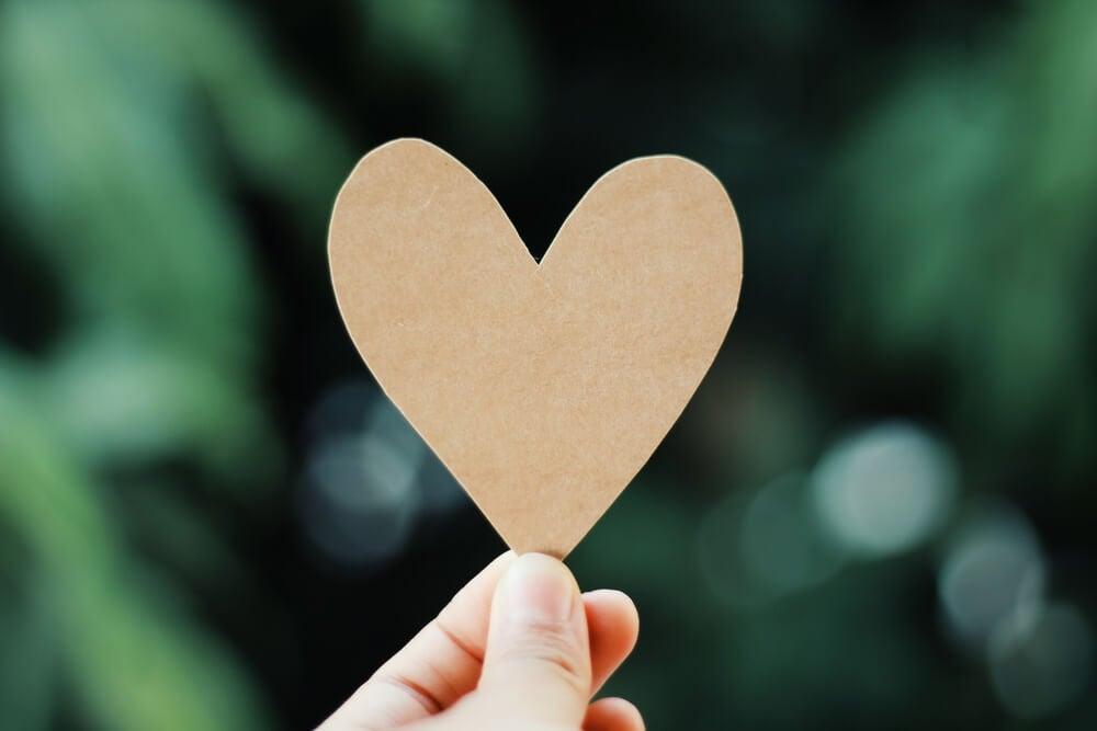 Mano con un corazón de papel