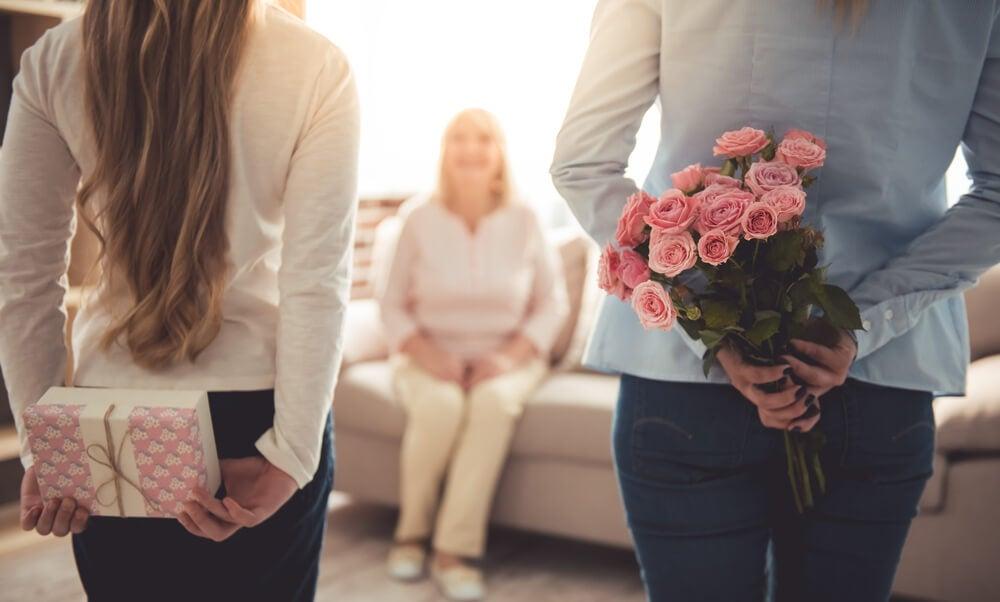 Hijos dándole una sorpresa a su madre