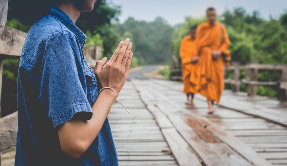 Hombre aprendiendo de la sabiduría tibetana