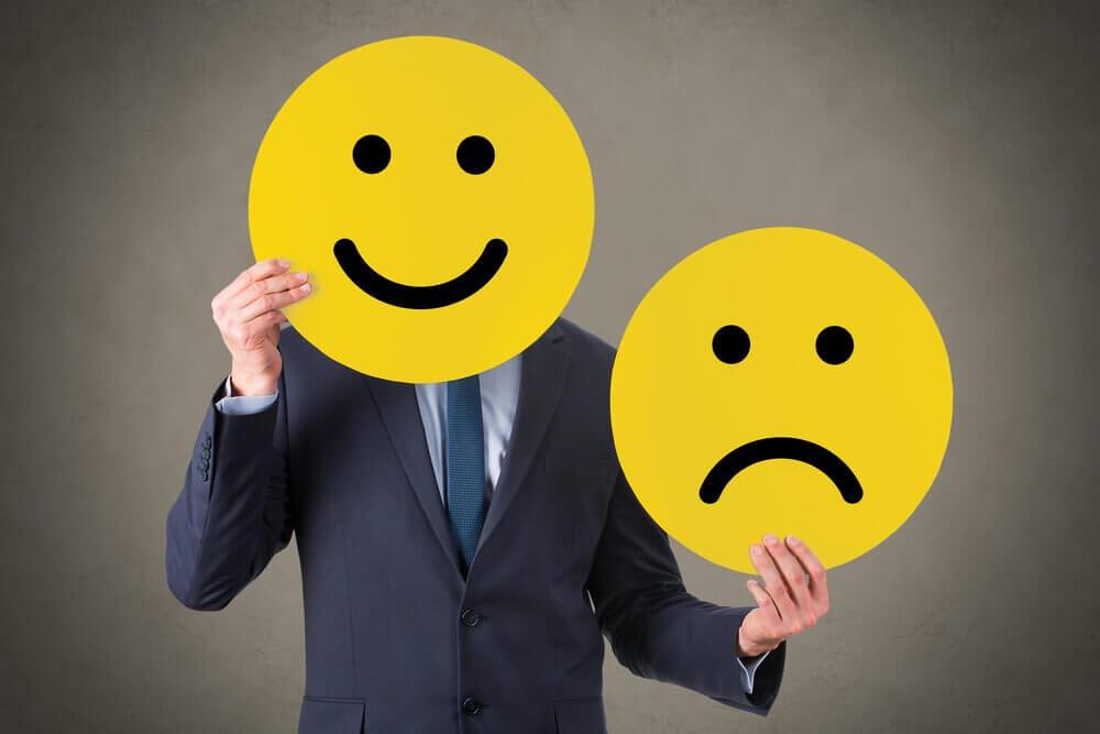 Hombre con caretas de emociones