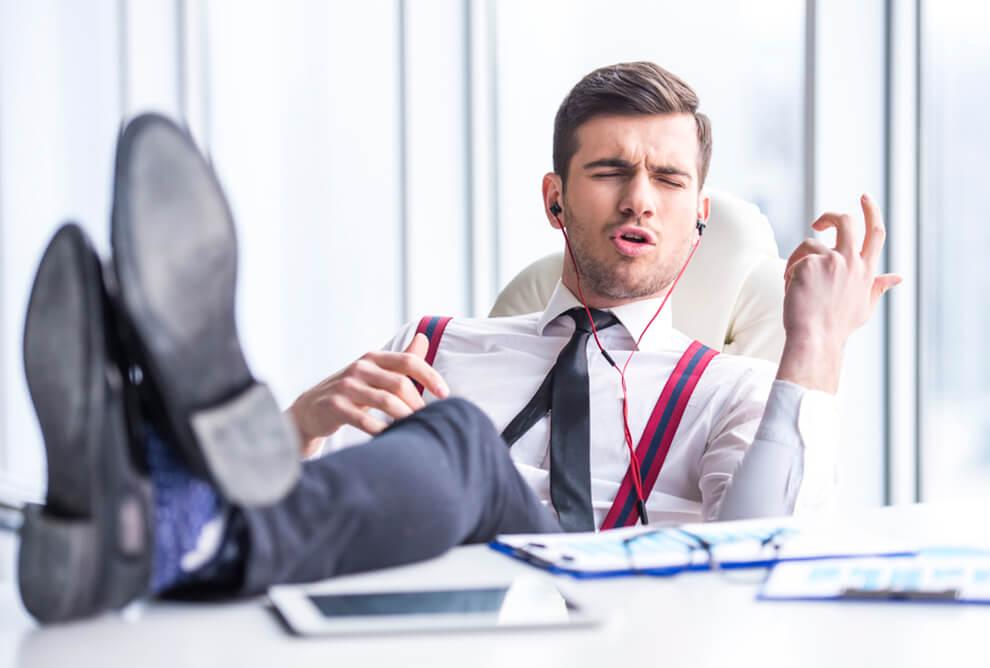 Hombre escuchando música simbolizando a los narcisistas en el trabajo