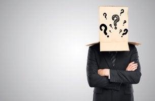 Hombre con una caja ocultando emociones