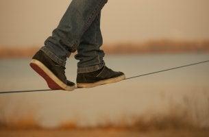Hombre haciendo equilibrios sobre una cuerda
