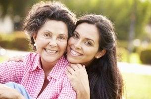 Madre e hija sonriendo