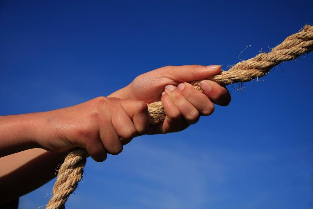 Manos tirando de una cuerda