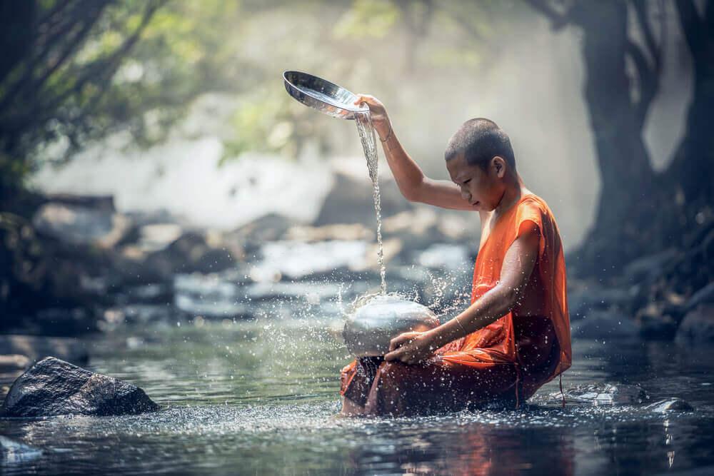 Monje practicando la sabiduría tibetana