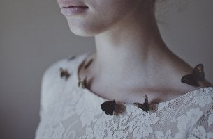Mujer con mariposas aprendiendo a decir adiós