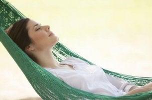 Mujer durmiendo practicando el dolce far niente