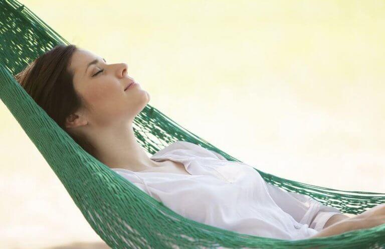 Mujer durmiendo por que necesita dejar de comerse la cabeza