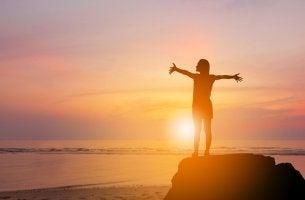 Mujer feliz tras superar su muros