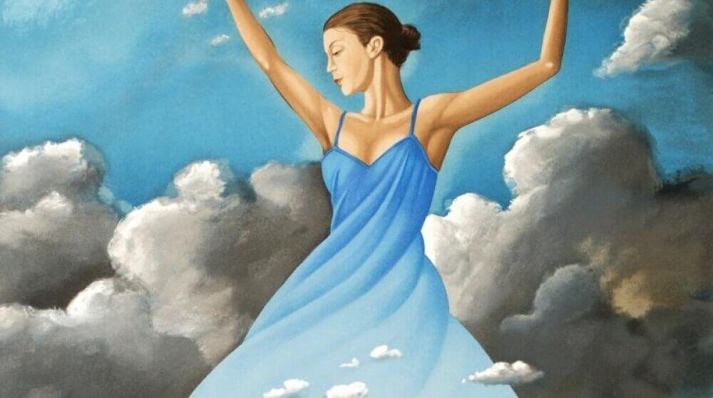 Mujer feliz entre nubes