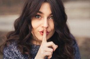 Mujer representando mantenerse callado