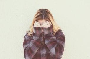 Mujer tapándose con timidez