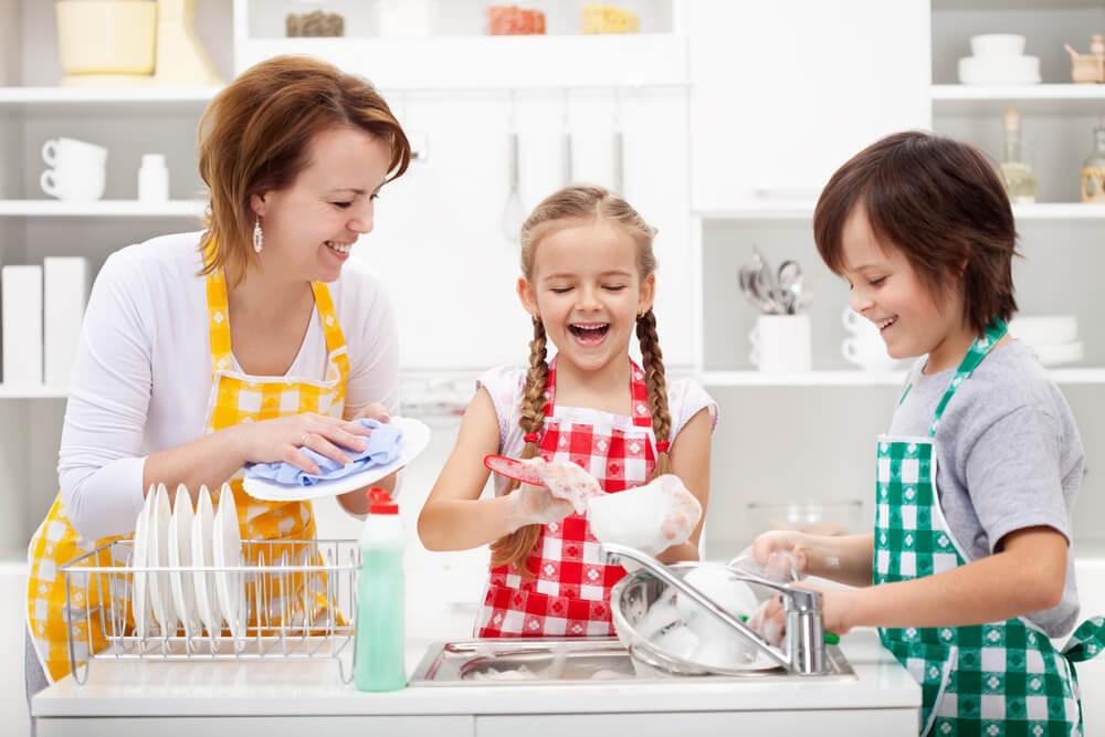 Niños ayudando a su madre
