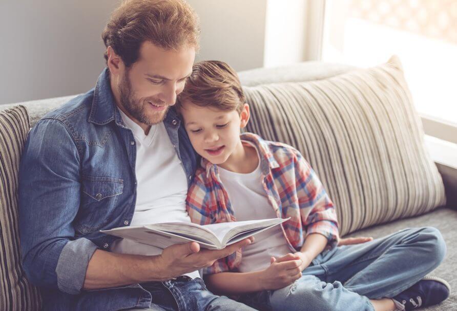Padre leyendo un libro con su hijo