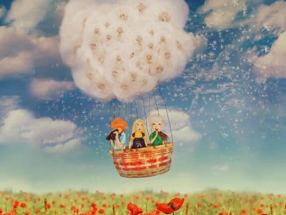 Amigos subidos a un globo por el campo