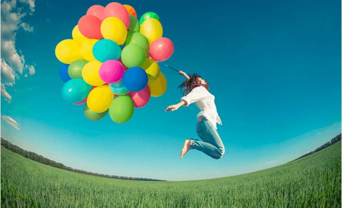 Mujer saltando sintiendo que la vida es como un juego