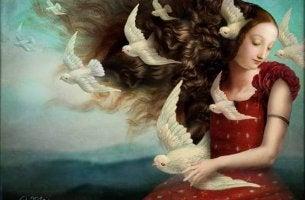 Mujer con palomas volando a su alrededor