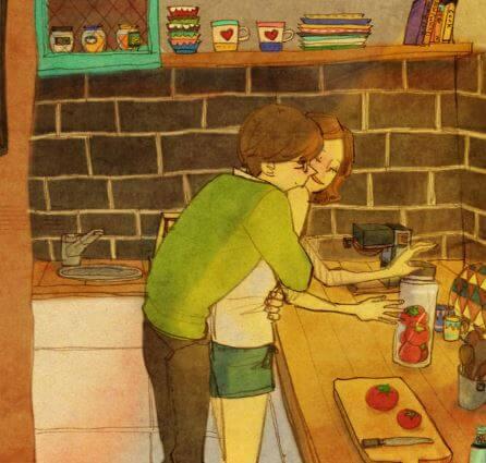 Pareja abrazada en la cocina mientras hacen la comida