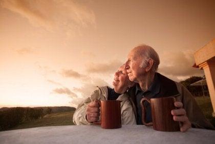 Pareja de personas mayores tomando café