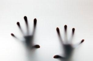 Manos crispadas representando síntomas de los ataques de pánico