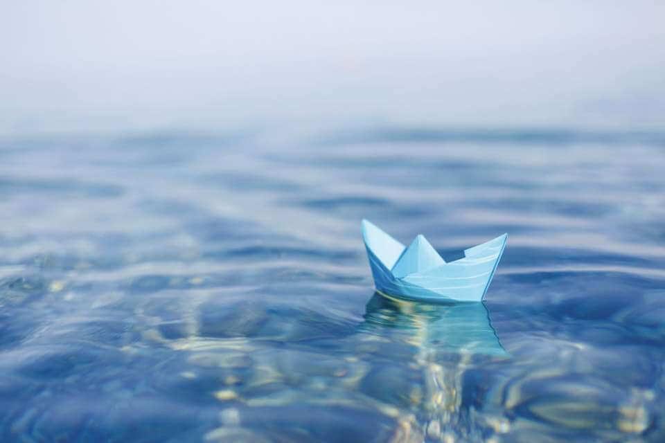Barco de papel en el agua simbolizando el hecho de que necesito ayuda