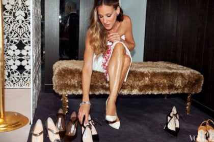 Carrie probándose zapatos