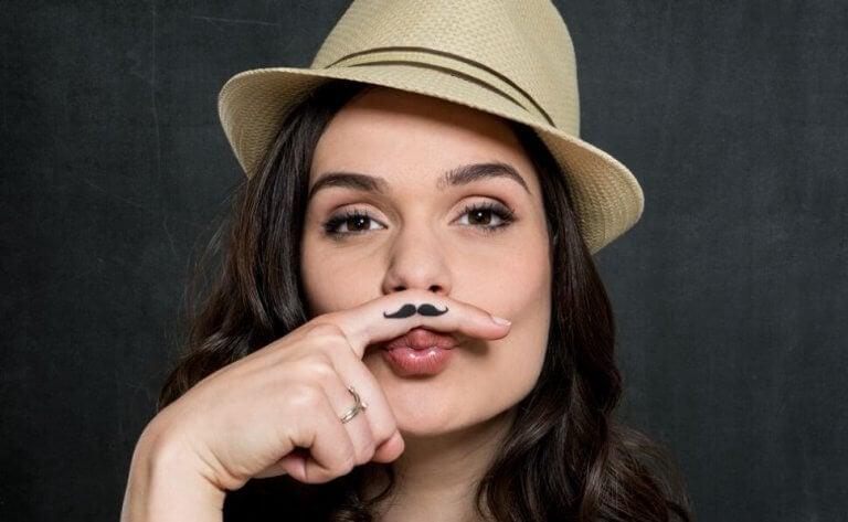 Chica con bigote pintado representando a un amigo que no lo es
