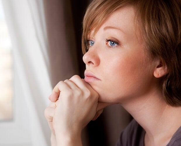 Mujer pensando en la ilusión de control