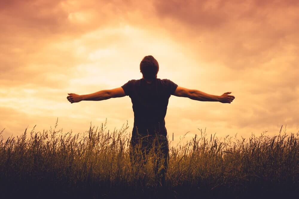 Hombre mirando al cielo por terapia Gestalt
